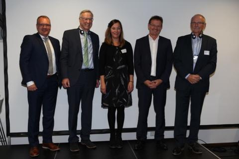 De gauche à droite : Arndt Müller (Stadtwerke Trier), Dr. Thomas Griese (Secrétaire d'Etat du Land de Rhénanie-Palatinat), Florence Jacquey (Directrice du Secrétariat du Sommet de la Grande Région), Norbert Kuhn (Président de l'Université des Sciences Appliquées de Trèves) et Werner Spaniol (ARGE Solar, Sarre)